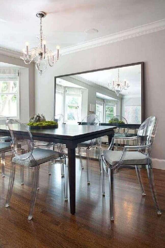 15. Decoração com cadeira transparente e espelho na sala de jantar – Foto: Anthropologie