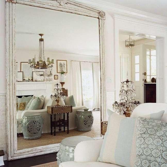 6. Decoração clássica com lustre de cristal e espelho grande na sala de estar – Foto: Apartment Therapy