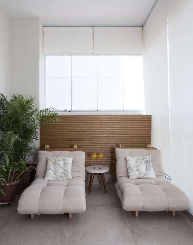 44. Varanda gourmet com conjunto de chaise área externa e vasos de plantas – Foto Juliana Perissinotto