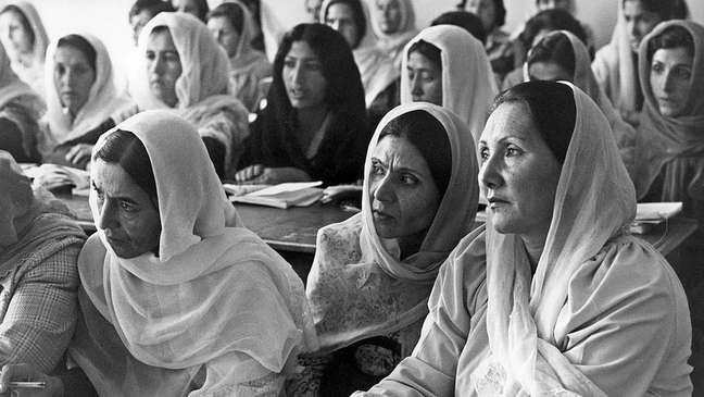 Mulheres afegãs estudam em Cabul durante o governo comunista, nos anos 1980