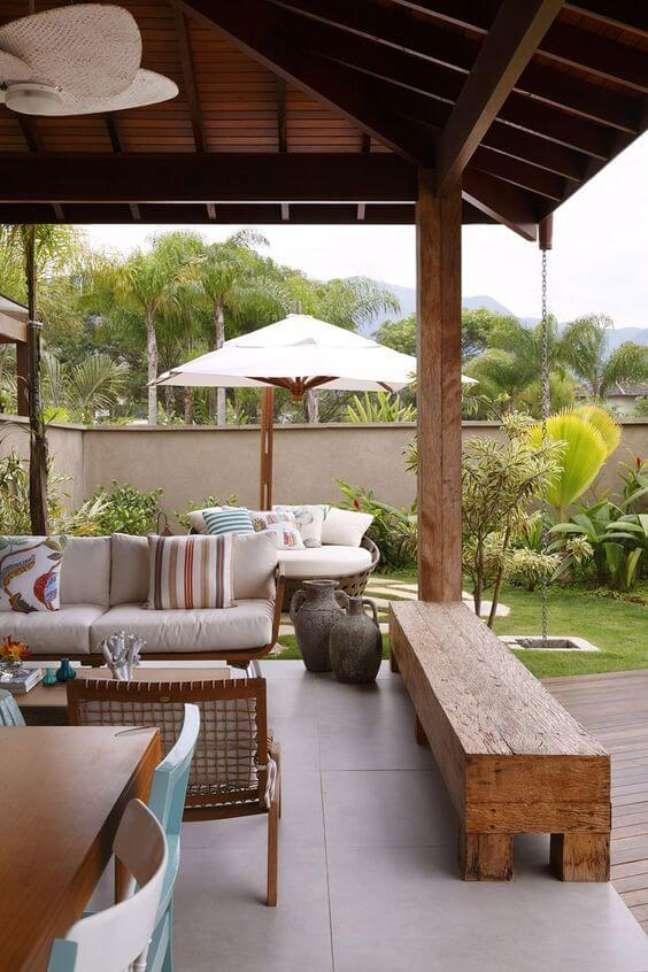 8. Jardim com chaise área externa e guarda sol – Foto Marcela Passamani