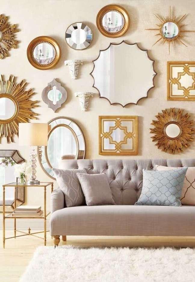 59. Parede com espelho na sala decorada com sofá capitonê cinza – Foto: Wall Mirrors Blog