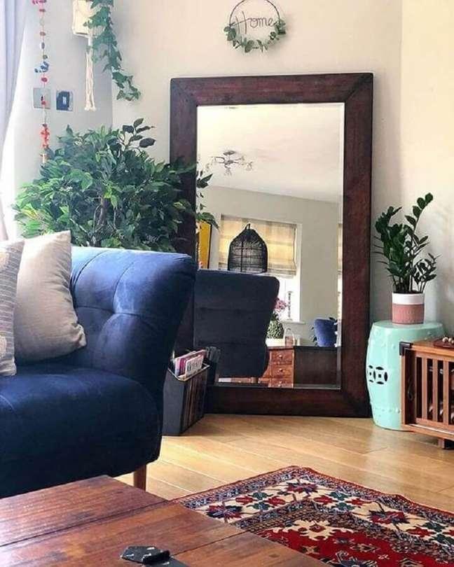 42. Espelho na sala de estar simples decorada com sofá azul – Foto: Kirti