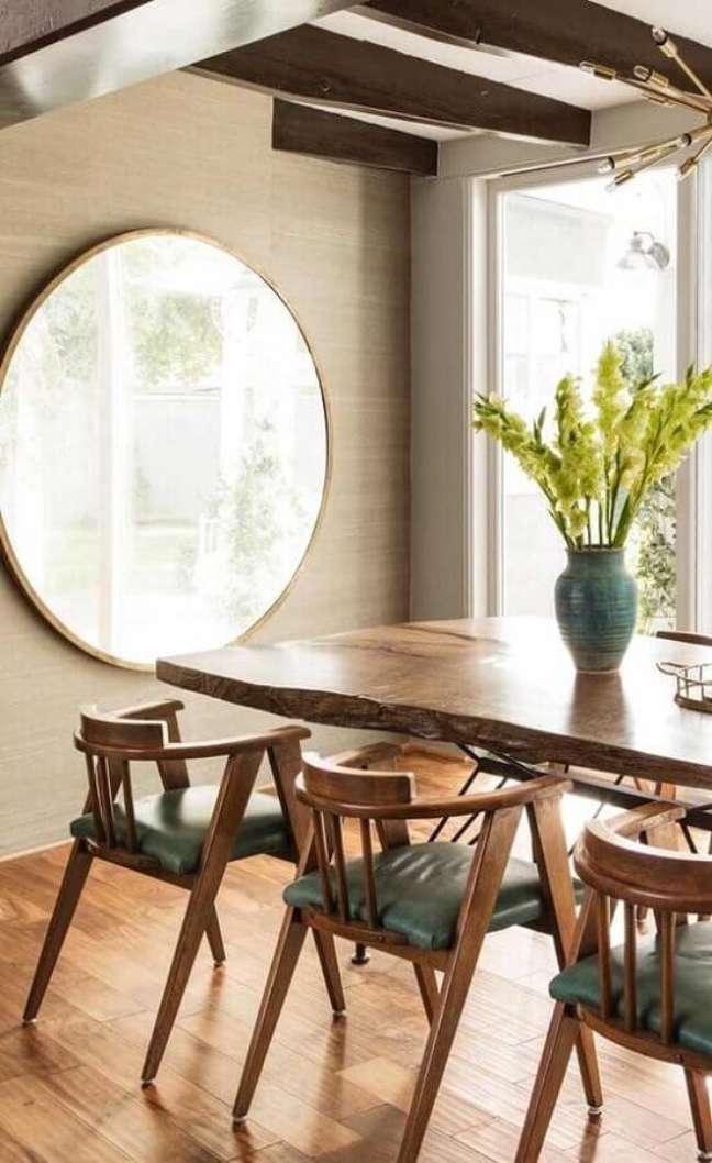 8. Espelho na sala de jantar decorada com mesa de madeira rustica – Foto: Decor Fácil