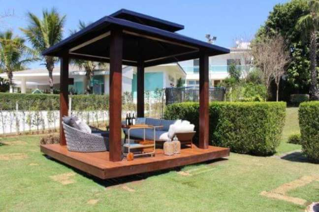 13. Chaise área externa no pergolado de madeira com sofá e carrinho bar – Foto Juliana Oliveira Duarte