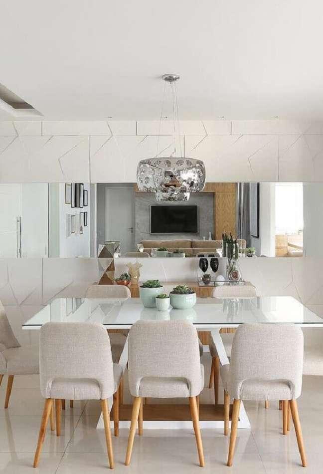 58. Parede com espelho na sala de jantar decorada em revestimento 3D e lustre redondo – Foto Decor Fácil