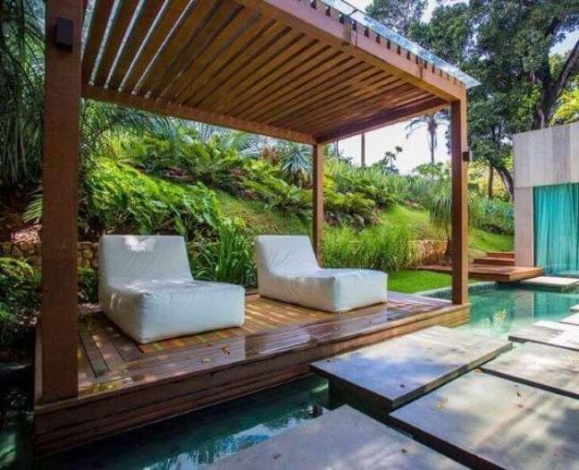 28. Pergolado na piscina com chaise área externa impermeável – Foto Sidney Quintela Architexture