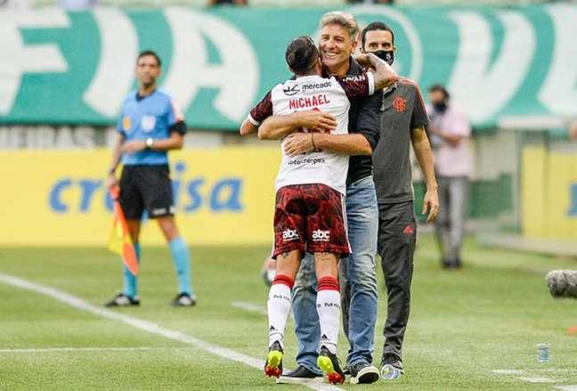 Renato comemorando a vitória sobre o Palmeiras com o atacante Michael (Foto: Marcelo Cortes / Flamengo)