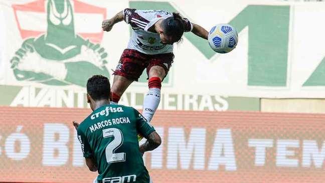 Momento em que Michael empata o jogo, com um gol de cabeça, contra o Palmeiras (Foto: Marcelo Cortes/Flamengo)
