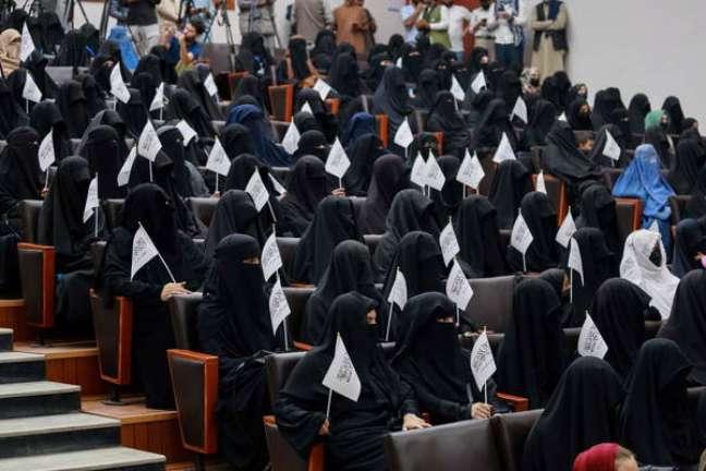 Estudantes afegãs precisam frequentar turmas apenas com outras mulheres e cobrir o rosto