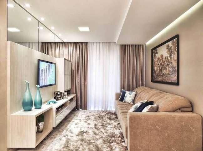 41. Espelho na sala de estar pequena decorada em tons de bege com tapete felpudo – Foto: Only Design