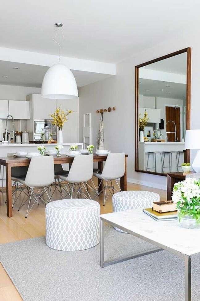12. Decoração clean com espelho grande na sala de estar e jantar integradas – Foto: Houzz
