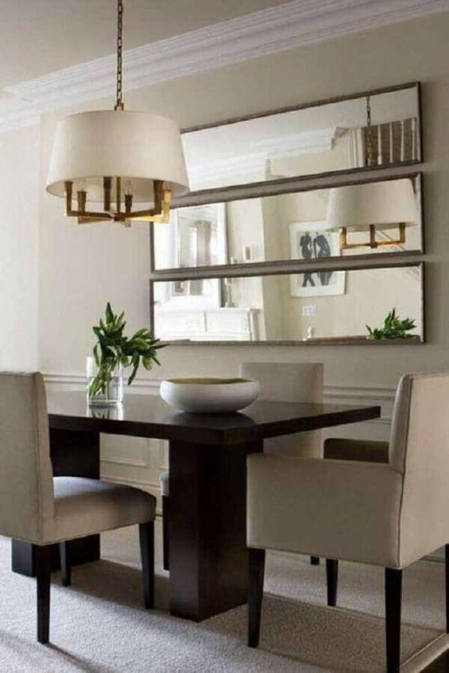 45. Espelho na sala de jantar decorada com lustre redondo para mesa de madeira – Foto: Houzz