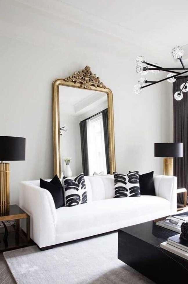 17. Decoração com espelho grande na sala de estar preta e branca – Foto: Apartment Therapy