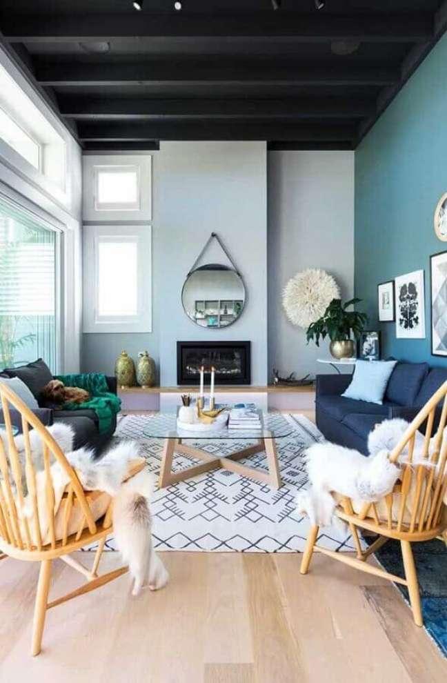60. Tons de cinza para decoração com espelho redondo na sala com lareira – Foto: Home Fashion Trend