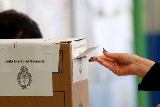 Mulher deposita seu voto na urna durante eleições legislativas primárias da Argentina em Buenos Aires 12/09/2021 REUTERS/Agustin Marcarian