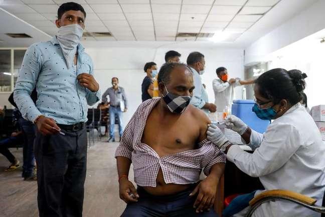 Homem recebe vacina contra Covid-19 em Noida, nos arredores de Nova Délhi 30/08/2021 REUTERS/Adnan Abidi