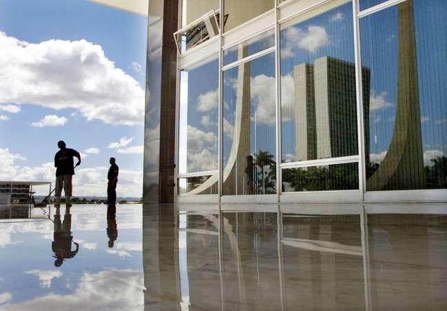 Congresso é refletido nas janelas do prédio do Supremo Tribunal Federal em frente da Praça dos Três Poderes em Brasília 19/04/2002 REUTERS/Gregg Newton