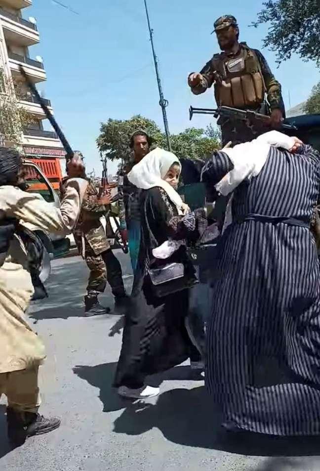 Soldado do Taliban agride mulheres protestando em Cabul, em foto obtida de vídeo gravado em 8 de setembro de 2021