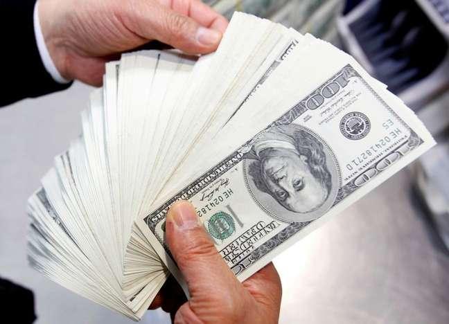 Funcionário do banco Korea Exchange conta notas de cem dólares na sede da instituição em Seul 28/04/2010 REUTERS/Jo Yong-Hak