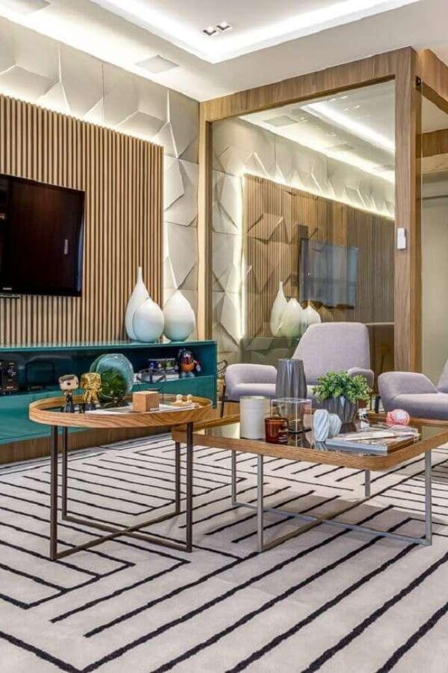 49. Espelho na sala moderna decorada com tapete listrado e painel ripado para TV – Foto: Tudo Construção