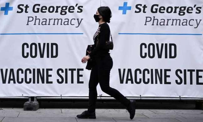 Ministro afirmou que alta taxa de vacinação no Reino Unido permite, por ora, não exigir comprovantes