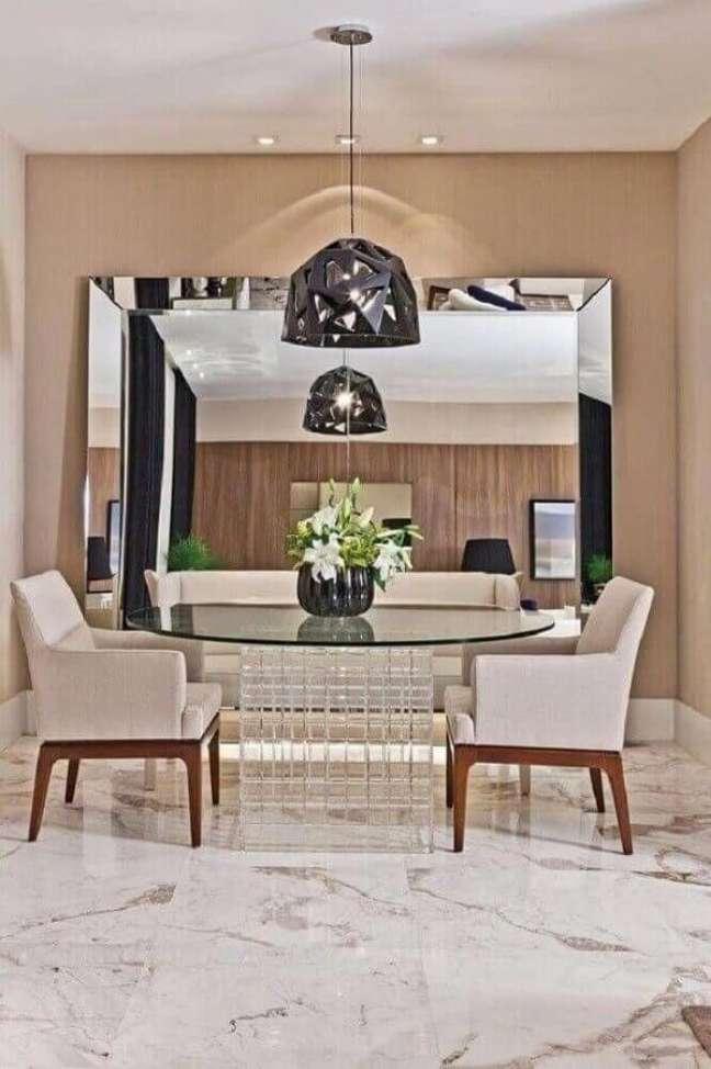 22. Decoração em cores neutras com espelho grande na sala de jantar – Foto: Decor Facil