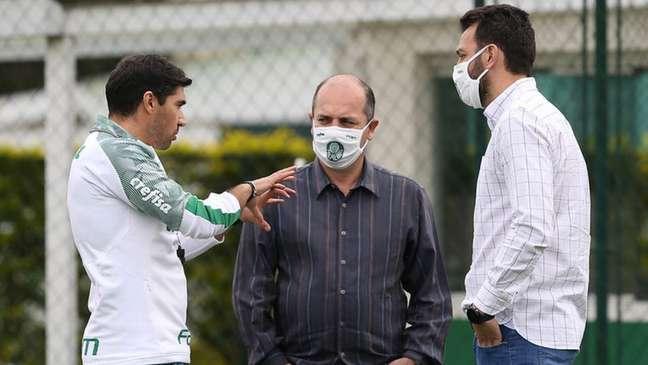 Abel Ferreira conversa com Cícero Souza e Edu Dracena durante treino (Foto: Cesar Greco/Palmeiras)