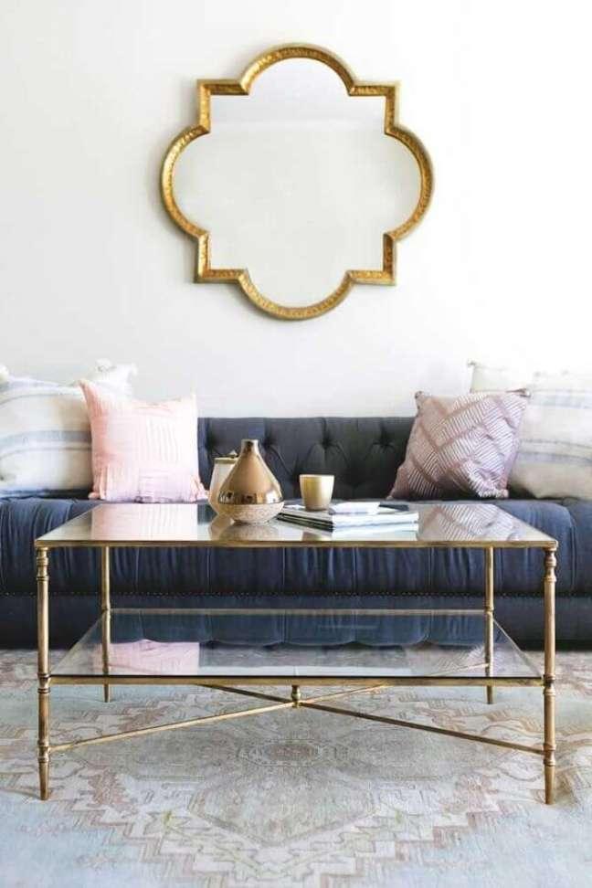 2. Decoração clássica com espelho na sala de sala branca com sofá cinza – Foto: Ramsey on Home & Garden