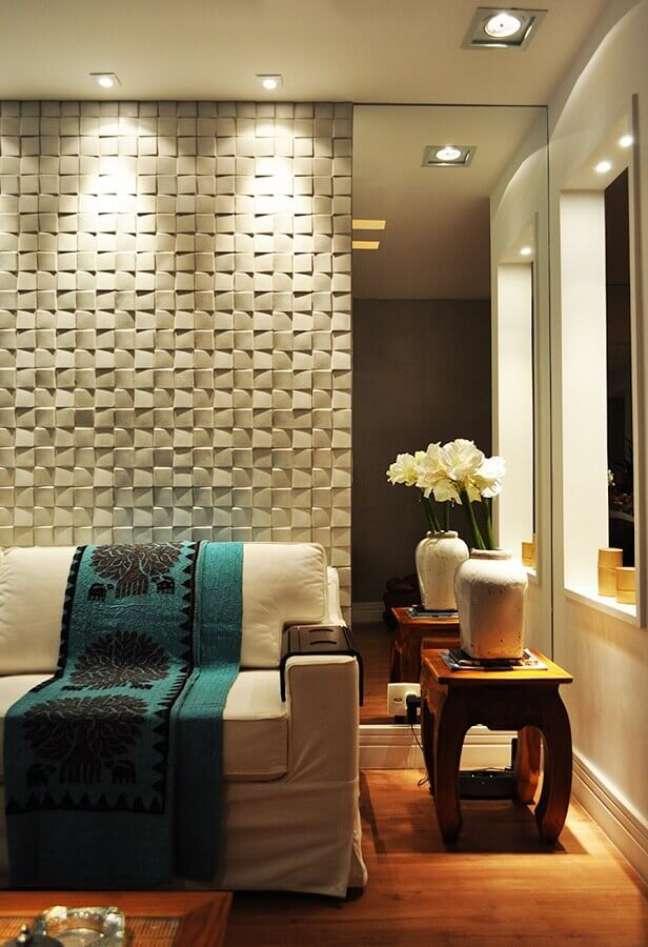 40. Espelho na sala de estar moderna decorada com revestimento 3D – Foto: Houzz