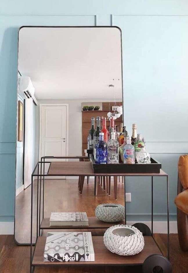 34. Espelho grande na sala decorada com aparador barzinho – Foto: Architecture Art Designs