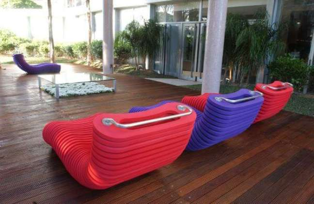 10. Chaise área externa de cores vibrantes e alegres – Foto Prima Store