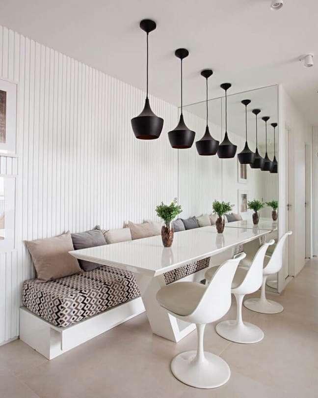 43. Espelho na sala de jantar branca decorada com luminária pendente preta – Foto: Estúdio Ela Arquitetura