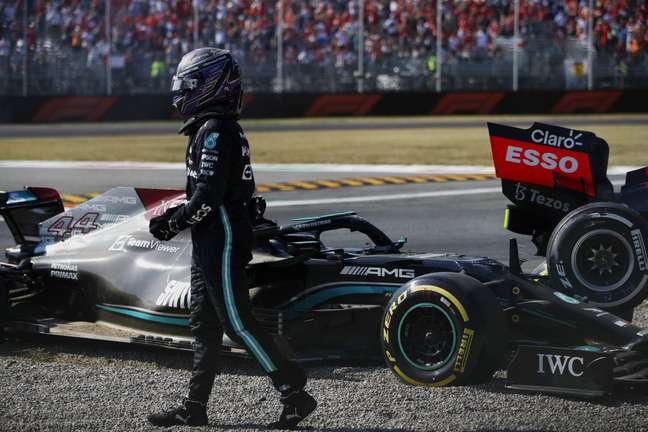 Lewis Hamilton deixa o carro após o acidente com Max Verstappen em Monza