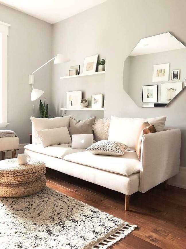 38. Espelho na sala de estar decorada em cores claras com sofá moderno – Foto: Apartment Therapy