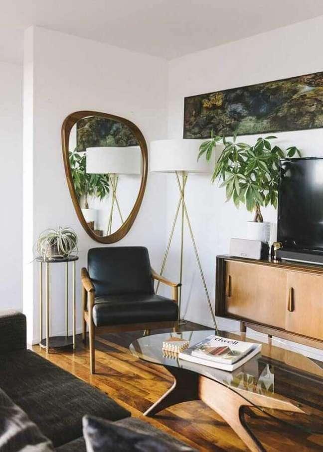 4. Modelo diferente de espelho na parede da sala de TV decorada com abajur de chão – Foto: Architecture Art Designs
