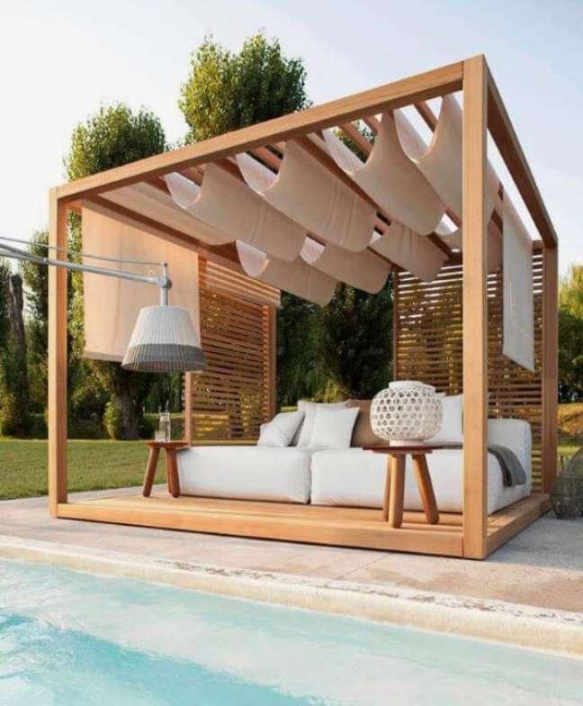 4. Pergolado de madeira com sofá chaise área externa offwhite – Foto VSL Furniture
