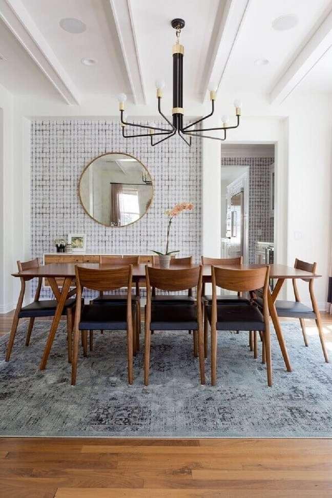 52. Espelho redondo na sala de jantar decorada com tapete cinza e lustre moderno – Foto: Home Fashion Trend