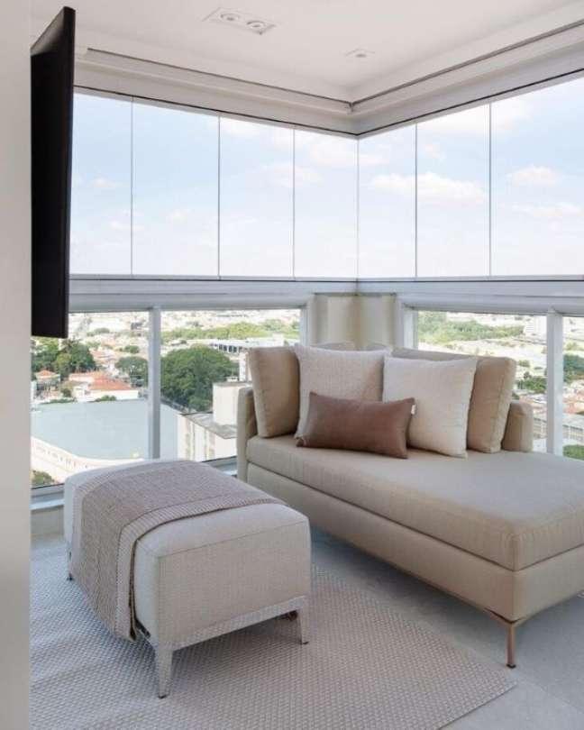 2. Varanda de vidro com chaise area externa longue e puff com manta chique – Foto Monise Rosa Arquitetura