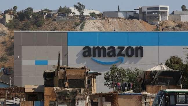 Fotos do novo centro de distribuição de US$ 21 milhões da empresa no México se tornaram virais pelo forte contraste com as casas pobres ao seu redor