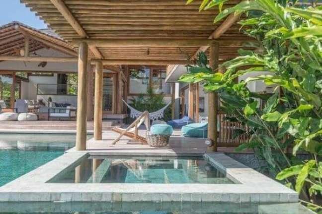 47. Área externa com chaise em tons de azul e piscina – Foto DB Arquitetos