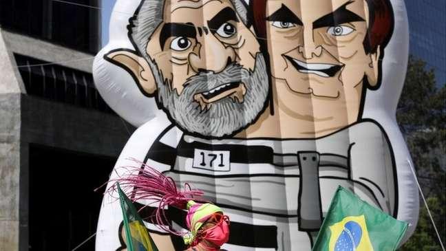 Ato na Avenida Paulista contou com boneco crítico a Lula e Bolsonaro