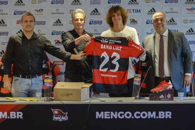 Em apresentação como reforço, David Luiz exibe a camisa 23 que usará no  Flamengo