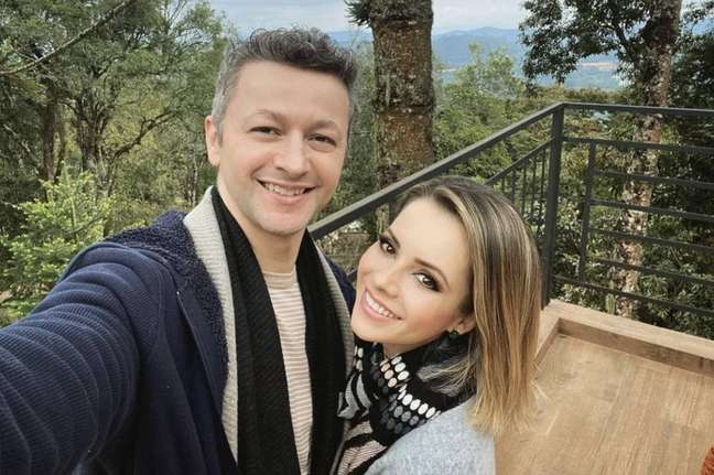 A cantora Sandy e o marido, Lucas Lima, que completaram 13 anos de casados neste domingo