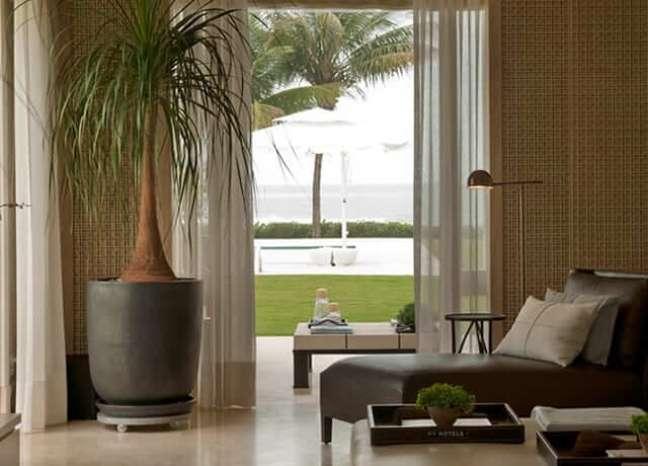 35. Sala integrada com o jardim decorada com chaise área externa longue – Foto Debora Aguiar