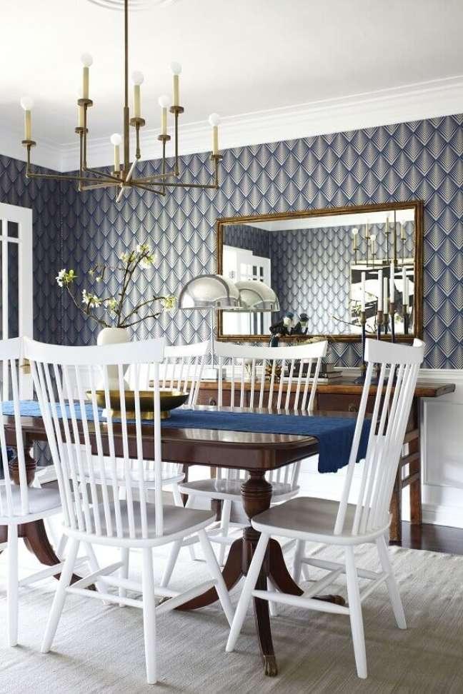 47. Espelho na sala de jantar decorada com papel de parede azul e cadeiras brancas – Foto: Home Furniture