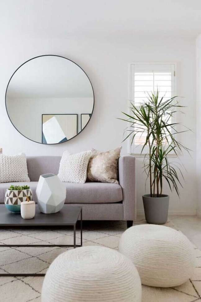 9. Decoração minimalista com espelho para sala de estar cinza e branca – Foto: Coodecor