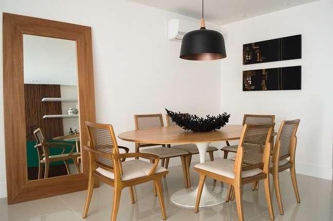 27. Decoração simples com espelho grande na sala de jantar com moveis de madeira – Foto: Vitral Arquitetura