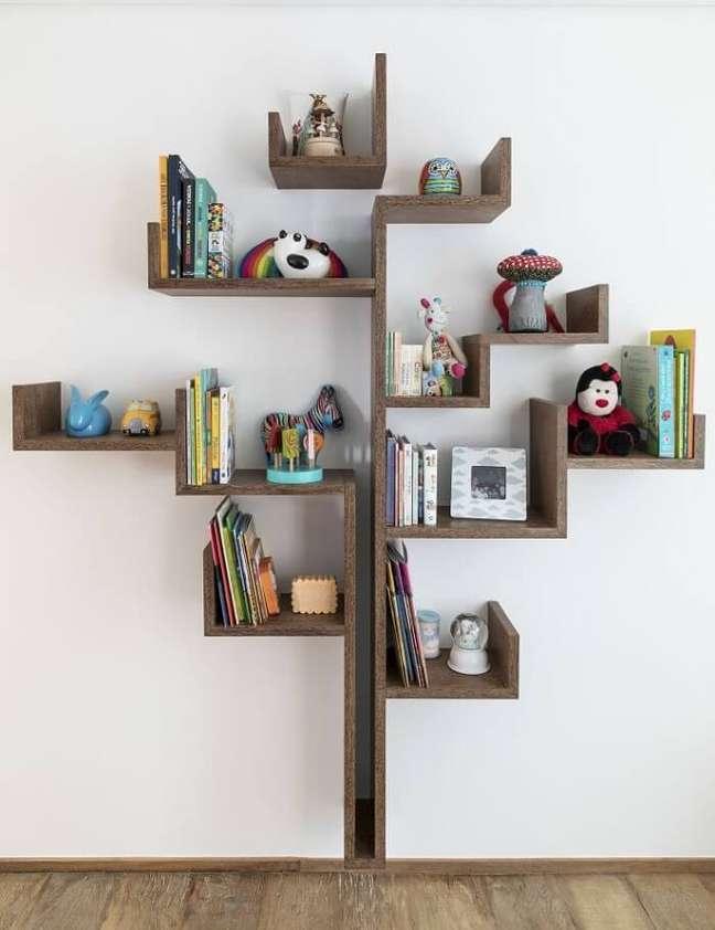 7. Prateleira em formato de árvore decora o quarto infantil. Foto: Studio Julliana Camargo