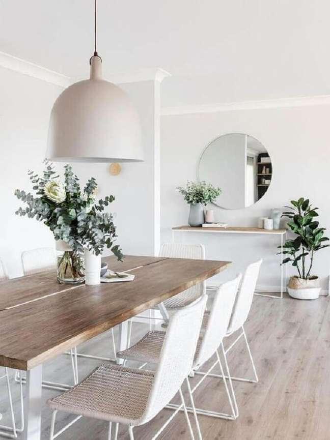24. Decoração minimalista com espelho redondo na sala de jantar – Foto: MyDomaine
